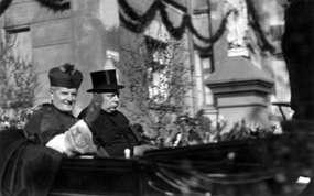 Biskup Maksymilian Kaller oraz ks. Johanes Marquardt (w cylindrze) w latach 30-tych XX wieku, podczas wizyty biskupa w Bisztynku.