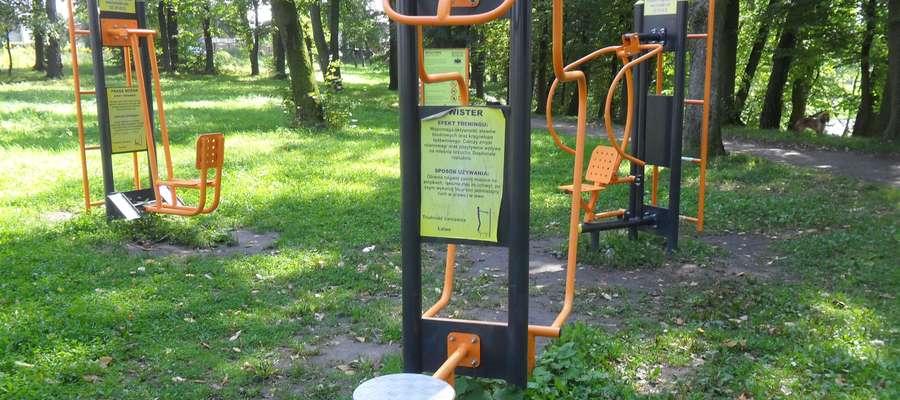 """Urządzenia do ćwiczeń na osiedlu """"Działki"""" w Bartoszycach."""