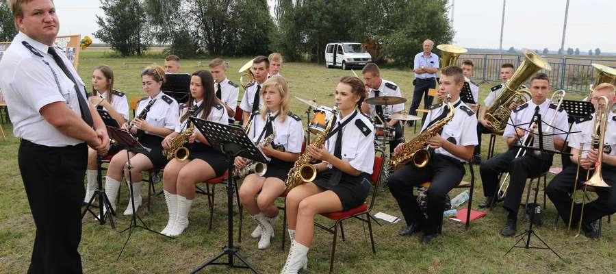 Młodzieżowa Orkiestra Dęta OSP w Płośnicy (występ podczas Dożynek Gminno-Parafialne w Skurpiu - 21 sierpnia 2016r.)