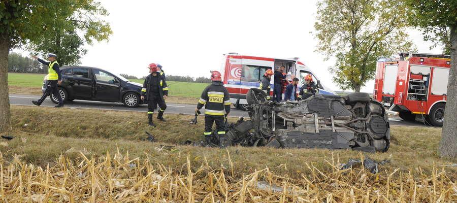 Samochód był w strasznym stanie. Ratownicy udzielają pomocy poszkodowanemu