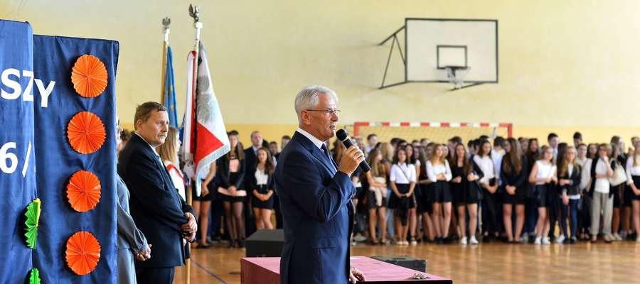 Dyrektor ZS nr 2 w Żurominie wita uczniów i nauczycieli po wakacjach