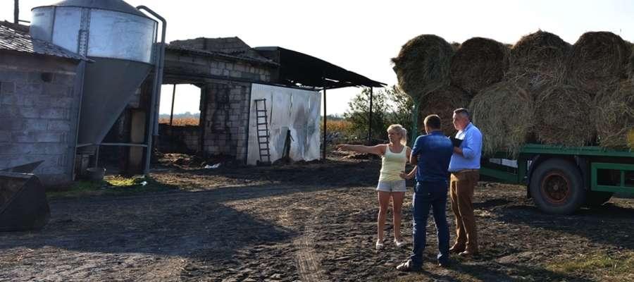Państwo Badaszewscy pokazują nam, jak pożar strawił ich dobytek