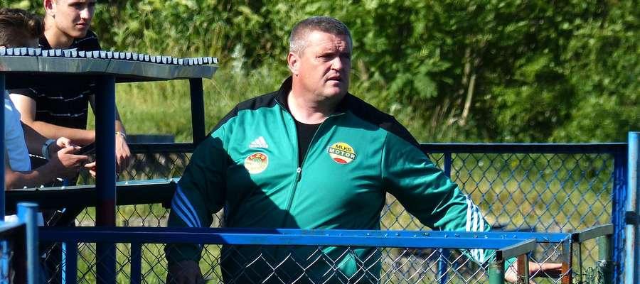 Trener Arkadiusz Matz (na zdj. podczas ostatniego meczu IV ligi poprzedniego sezonu w Biskupcu) we wtorek został się z Motorem Lubawa
