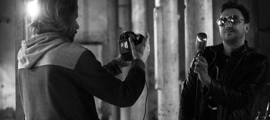 """Artur Frankowski ponownie stanie za kamera na planie teledysku Dr Watta. Tu podczas kręcenia klipu do """"Love And Hate""""."""