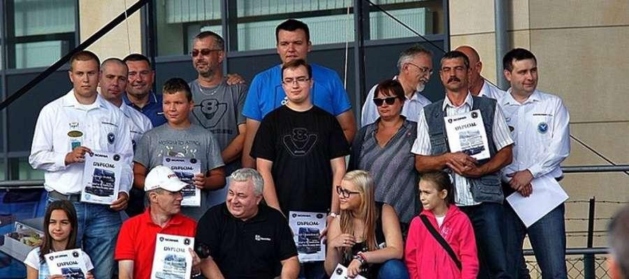 Damian Sikorski z Iławy (górny rząd, w ciemnych okularach) odpowiada za wystawę modeli podczas Pomorskiej Miss Scanii