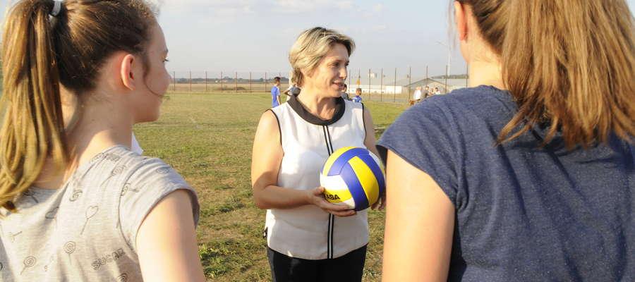 Burmistrz wręczyła dziewczętom piłkę do siatkówki, sprzęt sportowy wręczył również starosta Ireneusz Rejmus oraz koordynator sportu Tomasz Siemiątkowski