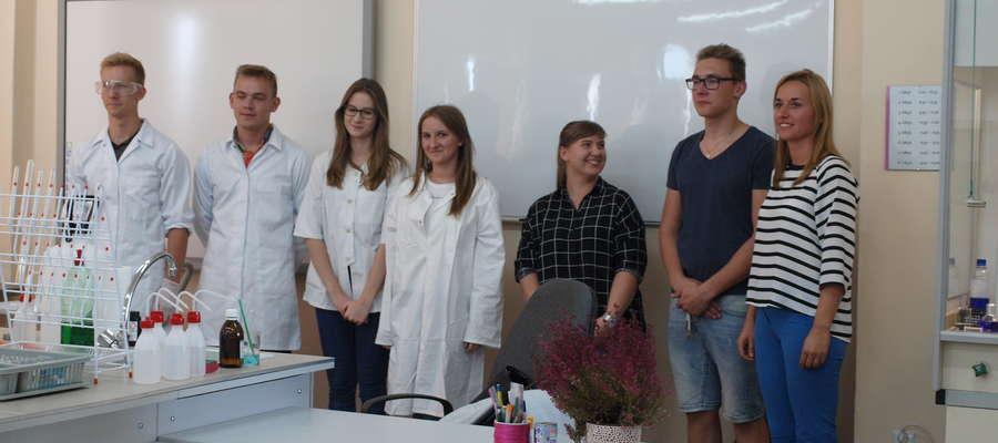 Z okazji uroczystego otwarcia nowej pracowni uczniowie pod okiem nauczycielki Marty Liszewskiej przygotowali kilka doświadczeń