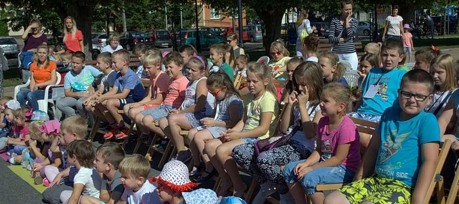 Przedstawienie w parku zgromadziło sporą publiczność fot. PMBP Żuromin