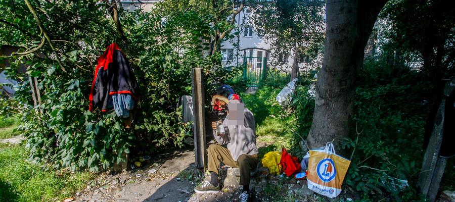 Mężczyzna mieszka na podwórku przy ul. Trybunalskiej od trzech lat. Mieszkańcy narzekają, że nie mają przez niego spokoju