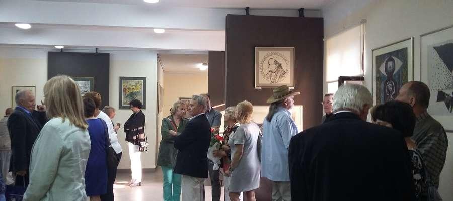 Józef Charytoniuk (po prawej, w kapeluszu) zaprasza na drugą część swojej wystawy. Pierwsza miała miejsce 8 lipca z okazji Dni Srokowa.