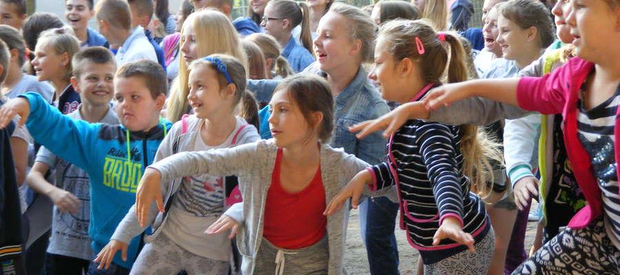 Uczniowie tańczyli przed letnią, szkolną sceną