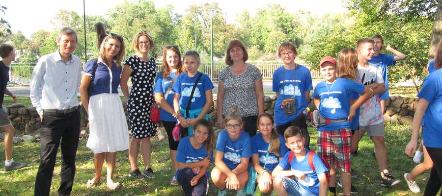 Uczniowie ze szkoły w Zajączkowie wraz z Dorotą Nowińską i przedstawicielami Fundacji GAP Polska
