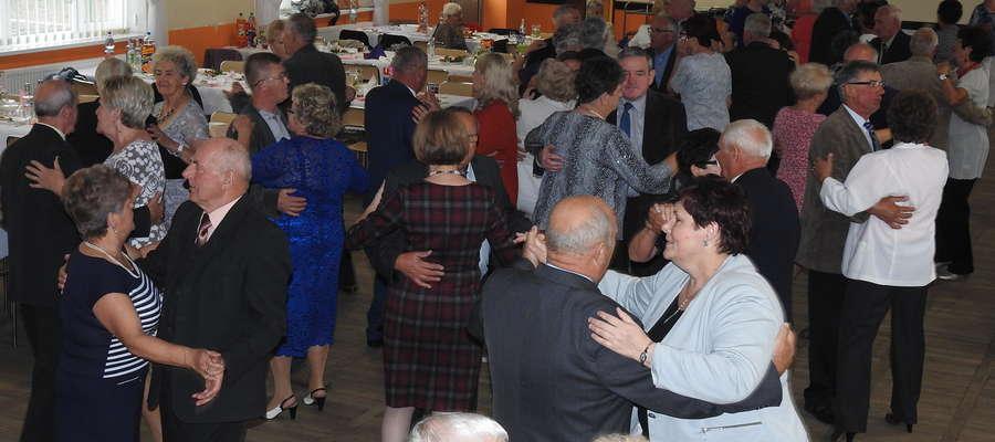 Uczestnicy zabawy na tanecznym parkiecie