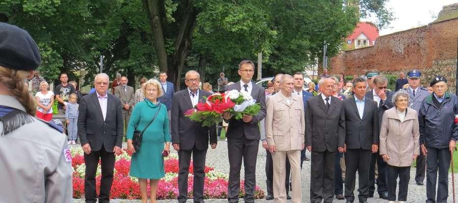 Delegacje samorządowców, organizacji społecznych, kulturalnych, sportowych i oświatowych w rocznicę agresji ZSRR na Polskę złożą kwiaty pod pomnikiem.