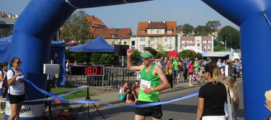 Zwycięzca biegu na 5,2 km zameldował się na mecie.