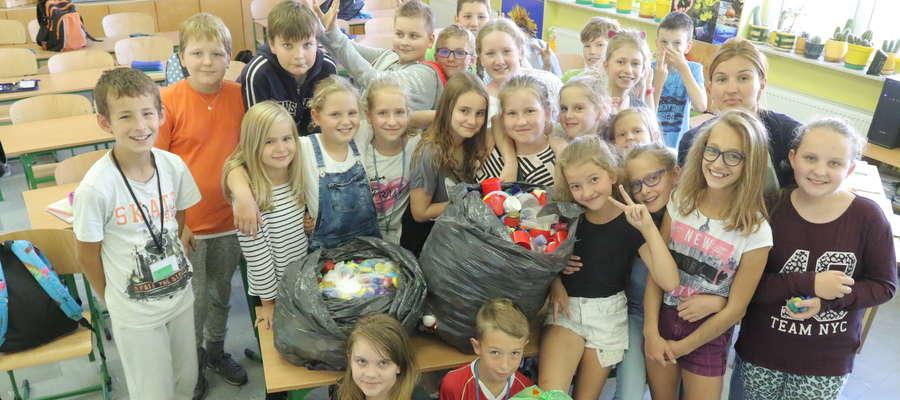 Dzieciom w Szkole Podstawowej nr 6 w Olsztynie bardzo się podoba zbieranie nakrętek. Wrzucają je do specjalnych pojemników