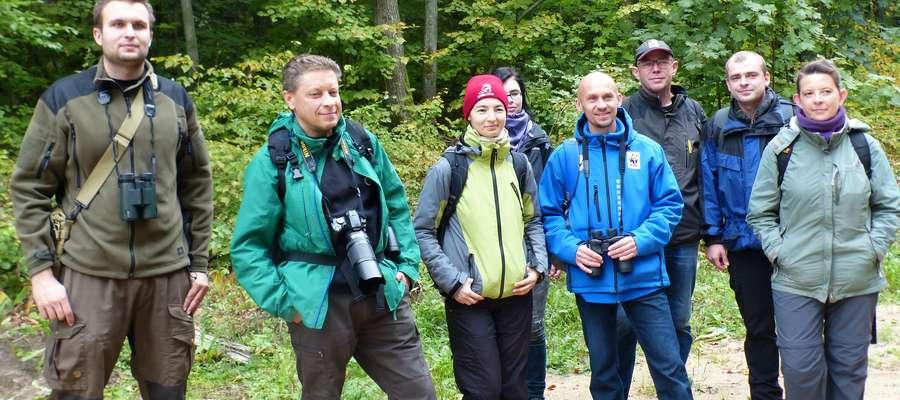 Uczestnicy leśnego spaceru tropem wilków