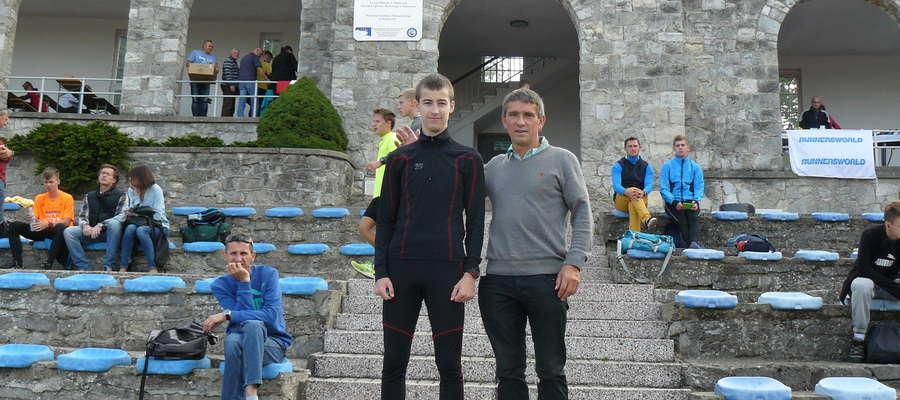 Patryk Pieczułajtis (z lewej) i trener Mirosław Figat podczas mistrzostw Polski młodzików w Słubicach