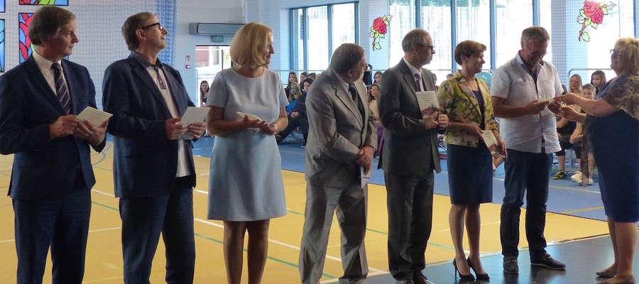 Statuetki z rąk dyrektor szkoły Aleksandry Skubij odebrały osoby, które w szczególny sposób przyczyniły się do realizacji budowy sali gimnastycznej w szkole