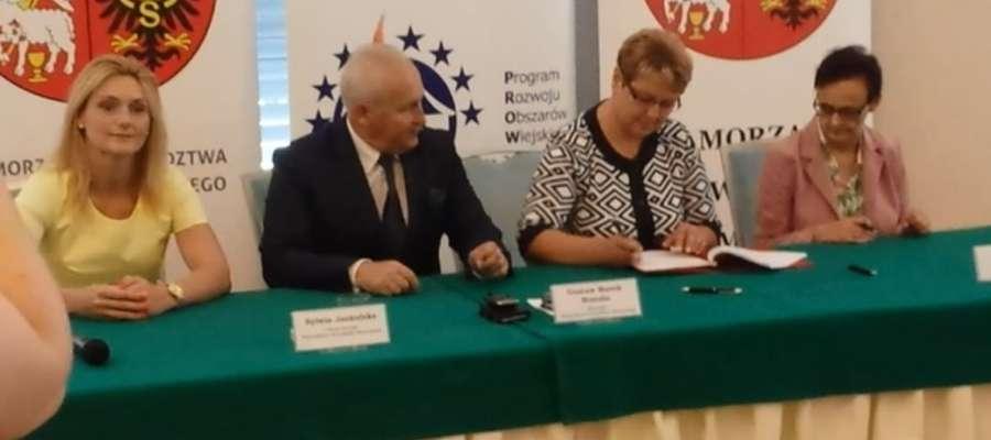 Umowę z marszałkiem wojewódtwa podpisały Irena Wołosiuk, burmistrz Sępopola oraz Alicja Szulżycka, skrabnik Urzędu Miejskiego w Sepopolu