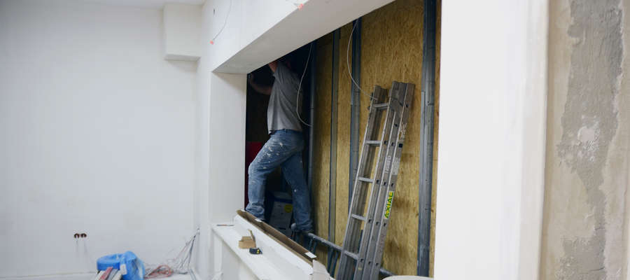 Stare, małe okienka zostaną zastąpione jednym dużym oknem o długości czterech metrów. Pojawi się tez trzecie stanowisko