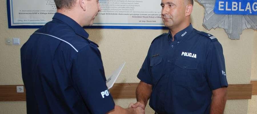 Tomasz Piaskowski (z prawej) od czwartku (08.09) jest pierwszym zastępcą komendanta miejskiego policji w Elblągu