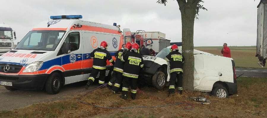 Wypadek na DK15 pod Lubawą. Kierowca zakleszczony w samochodzie