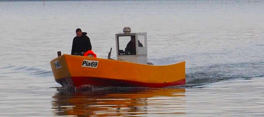 25 września Błękitny Patrol WWF przyjął od łowiącego na Zalewie Wiślanym rybaka z Piasków zgłoszenie o zaplątanej w jego sieci foce