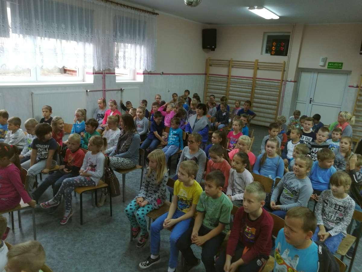 Podczas spotkania z okazji Dnia Głośnego Czytania w szkole w Mrocznie
