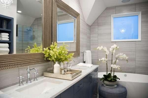 W dużej łazience najlepiej sprawdzą się osobne umywalki i lustra oraz pojemny blat - full image