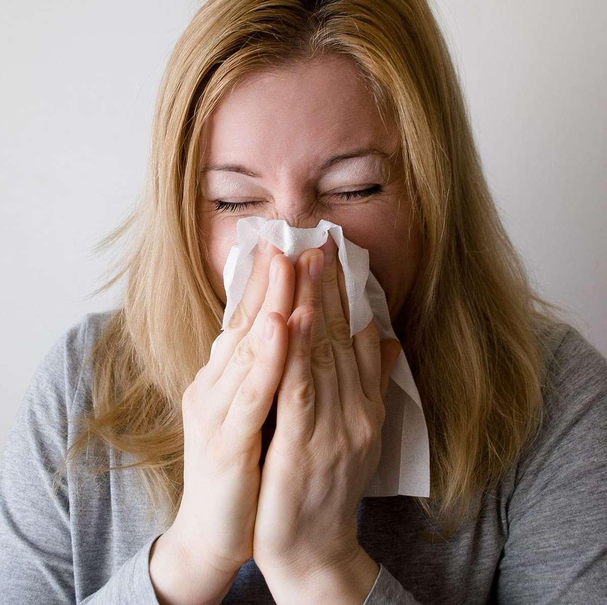 Czy warto iść z przeziębieniem do pracy? - full image