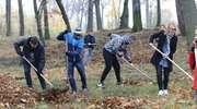 Uczniowie i aresztanci porządkowali cmentarz  [film, zdjęcia]