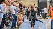 Triathloniści w sercu starówki