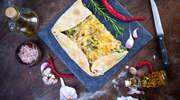 Przepis na obiad - tarta z żółtym serem, brokułami i cebulą