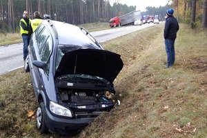 Osobówka zderzyła się z ciężarówką. Kierowca opla przysnął za kierownicą