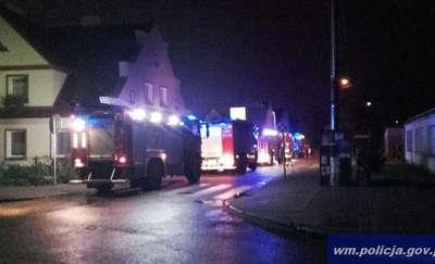 Pożar w Olsztynku. Policjant wszedł na dach i sam walczył z ogniem