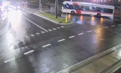 Kierowca autobusu potrącił pieszego w centrum Olsztyna. Nawet nie próbował hamować [FILM z kamer ITS]