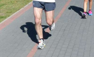 """Z wizytą u fizjoterapeuty: """"Kolano biegacza"""" — skąd się bierze, jak mu zapobiec?"""