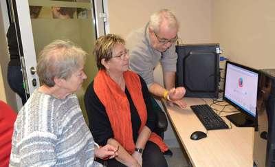Seniorzy poznają komputery i internet