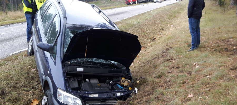 Na skutek zderzenia oba pojazdy zjechały do przydrożnego rowu