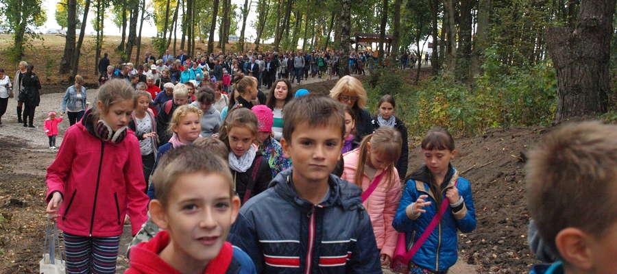 W otwarciu ścieżki na Łazach wzięło udział wiele osób