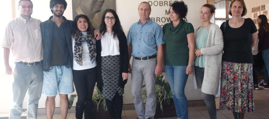 Studenci razem z nauczycielami języka angielskiego i dyrektorem szkoły