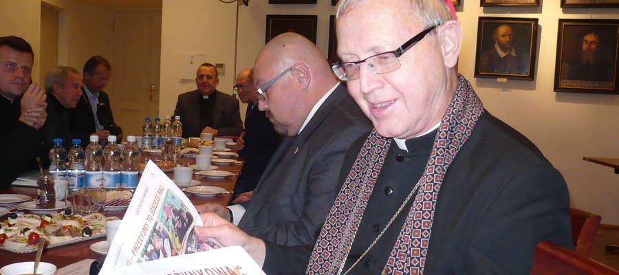 Biskup płocki Piotr Libera z Gazetą Dożynkową fot. Iwona Łazowa