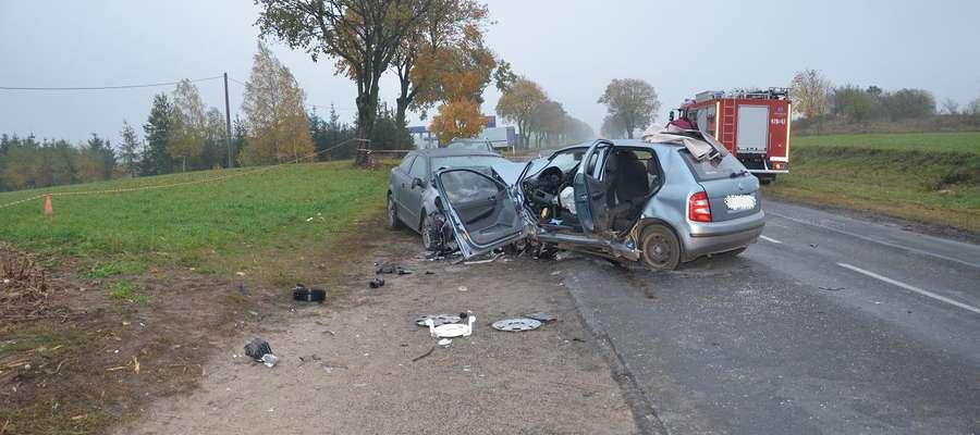 W wyniku zderzenia dwóch samochodów zginęła jedna osoba a trzy zostały ranne fot. KPP w Lipnie