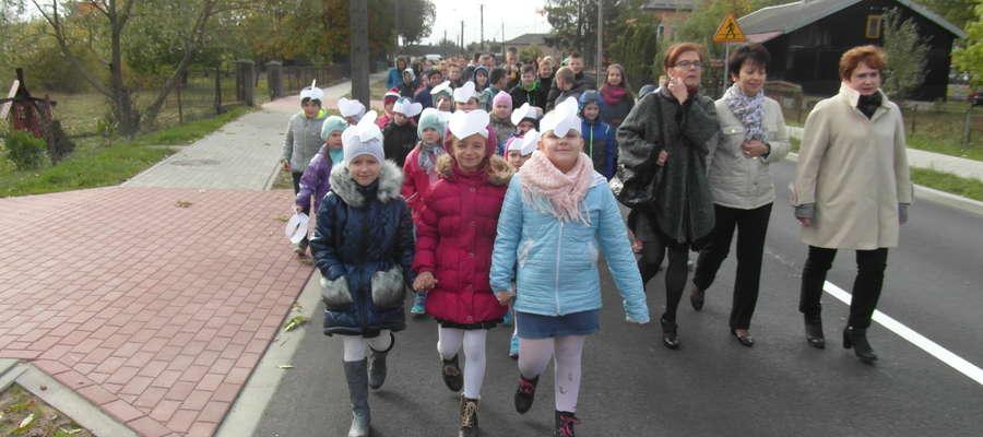 Uczniowie mazerowali ulicami Kuczborka