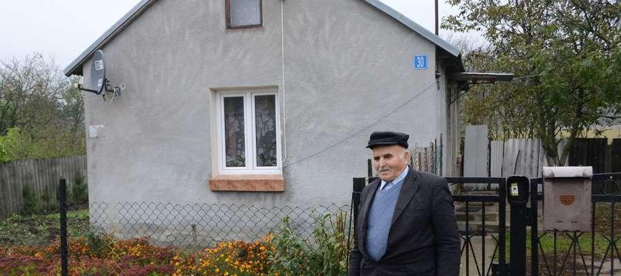 Ryszard Bober zainstalował lampę na ścianie swojego domu