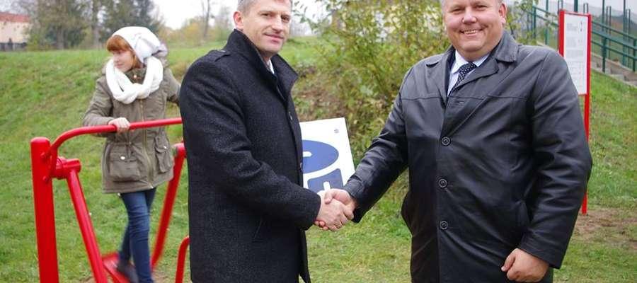 Siłownię przekazał dyrektor oddziału PKO BP Marcin Tumasz burmistrzowi Jackowi Wiśniowskiemu