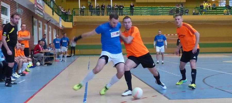 Mecz ILF: Łukasz Kuśnierz (Zawbud) walczy o piłkę z Dawidem Kowalskim (Gajerek, mistrz sezonu 2015/16)