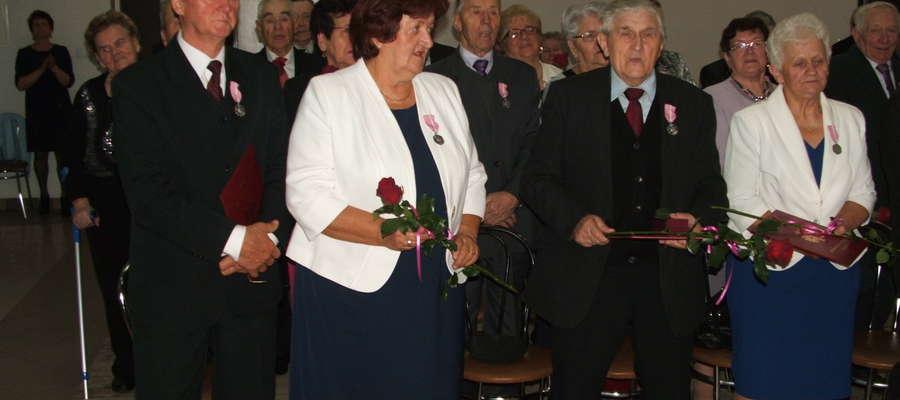 Pary otrzymały medale I kwiaty