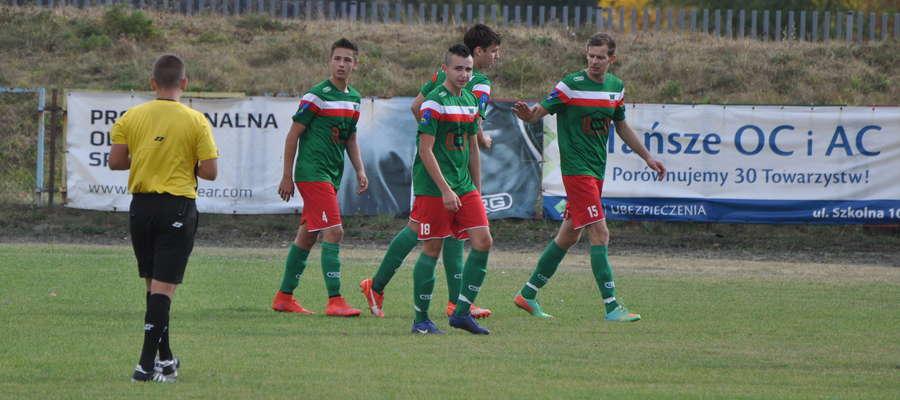 Wkra pokonała Orlęta. Jakub Kaźmierski (z lewej) zdobył dwa gole
